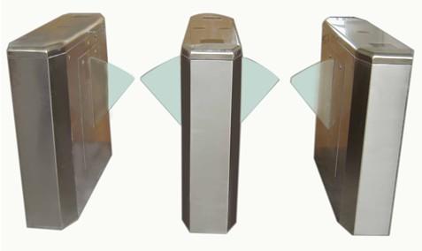 桥式八角翼闸(LAB-YZ004)是其机箱采用圆孤边角,避免棱角伤人,整个机箱程船形结构。标配标准翼闸机芯,同时配合红外信号,可严谨控制行人出入,刷卡成功后,摆翼回缩,通道成无障碍状态,行人依次通过红外后,闸机自动控制关闸。标准翼闸机芯把独特的机械传动、微处理器控制及各种读写技术有机地融为一体,通过配置不同的读写设备,即可完成对通道通行的智能化控制与管理,解决行人出入口通道所有的控制问题,被广泛用于工厂,小区,会展中心,体育场馆,旅游景区等场所。